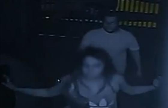 As imagens mostram o taxista chegando e saindo com a televisão. Ele permaneceu no local por aproximadamente uma hora (Foto: Reprodução)