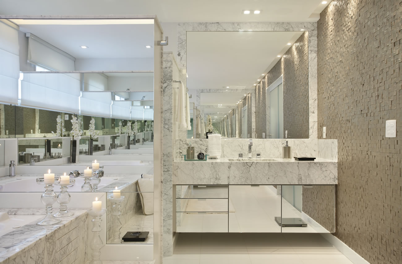 Banheiro com mármore branco e armário suspenso espelhado! Lindo  #59513C 1300x853 Banheiro Com Bancada Branca