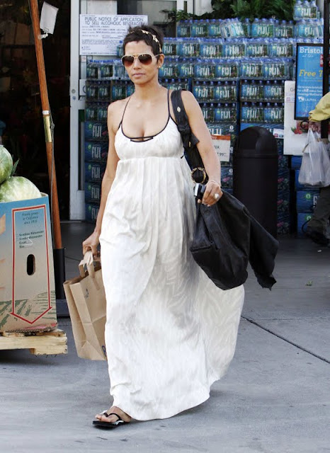 Halle Berry - Cleavage While Shopping in Los Angeles