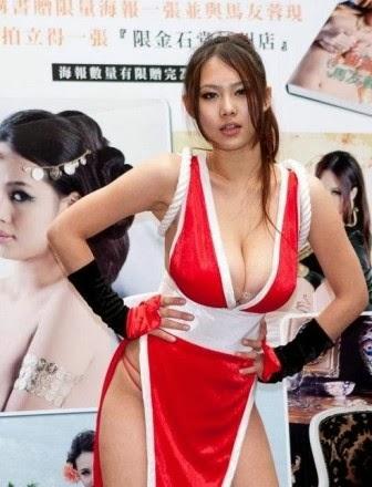 Artis Wanita Asia dengan Payudara yang Besar