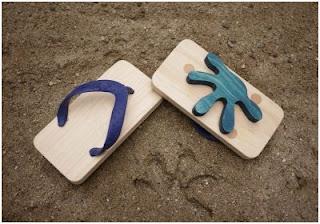 ξύλινα σανδάλια-αποτυπώματα στην άμμο