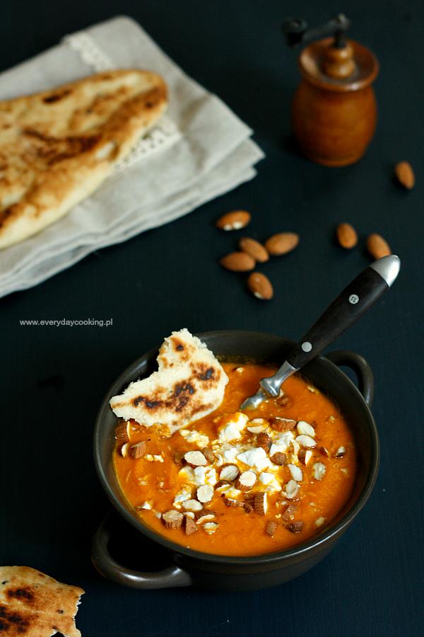 Zupa marchewkowa z mlekiem migdałowym i serem feta