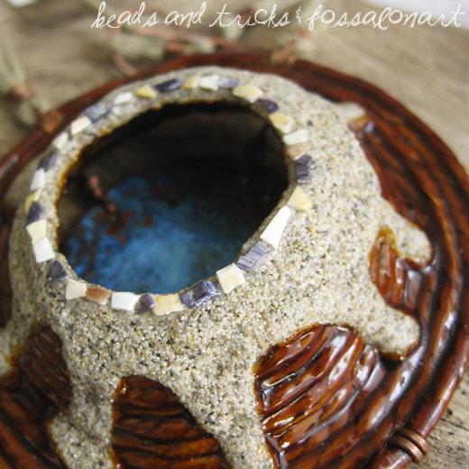 Collana in corda, rame, sabbia, frammenti di conchiglia, patina blu.