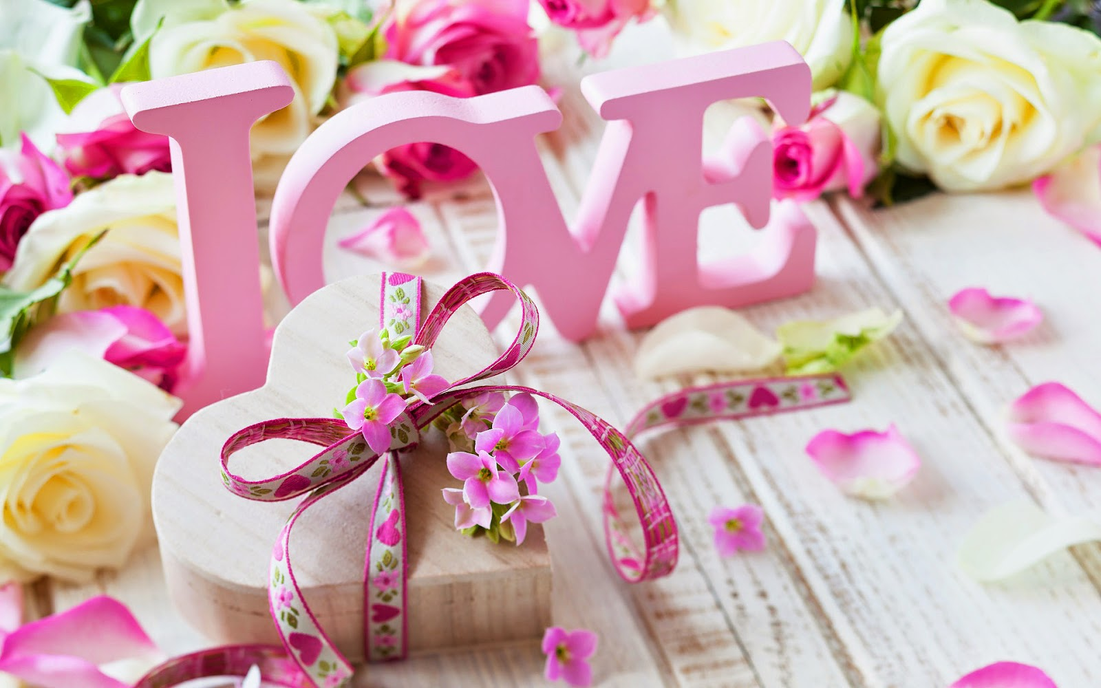 Houten liefdes hartje en woord love
