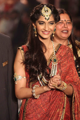 Sonam Kapoor Sizzling walk of IIJW-2013 Grand Finale in Saree