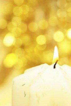 每逢新年開春,有許多民眾都會到個寺廟點光明燈,以祈求一年順遂。為什麼要點光明燈呢?按照佛教的說法,在新的一年裡燃燈供佛,即有照耀前途之祥意。祈求佛菩薩加持,在新的一年平安順利,並有個光明的開始。並期勉自己,在新的一年,賜予自己更多的智慧、力量、勇氣,事事圓滿,人人圓滿,一切圓滿!