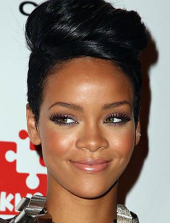 Rihanna siyah saçlarının iki yanlarını da kazıttırmış ve uzun bırakyığı tepedeki saçlarını ise tepe topuz yaparak yine ilginç ve çılfın bir görünüm elde etmiştir.