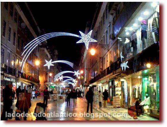 Foto da decoração de estrelas cadentes da Rua Augusta em Lisboa de 2014