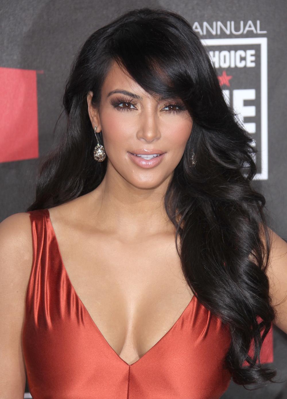 Kim Kardashian Long Wavy Hairstyles 03