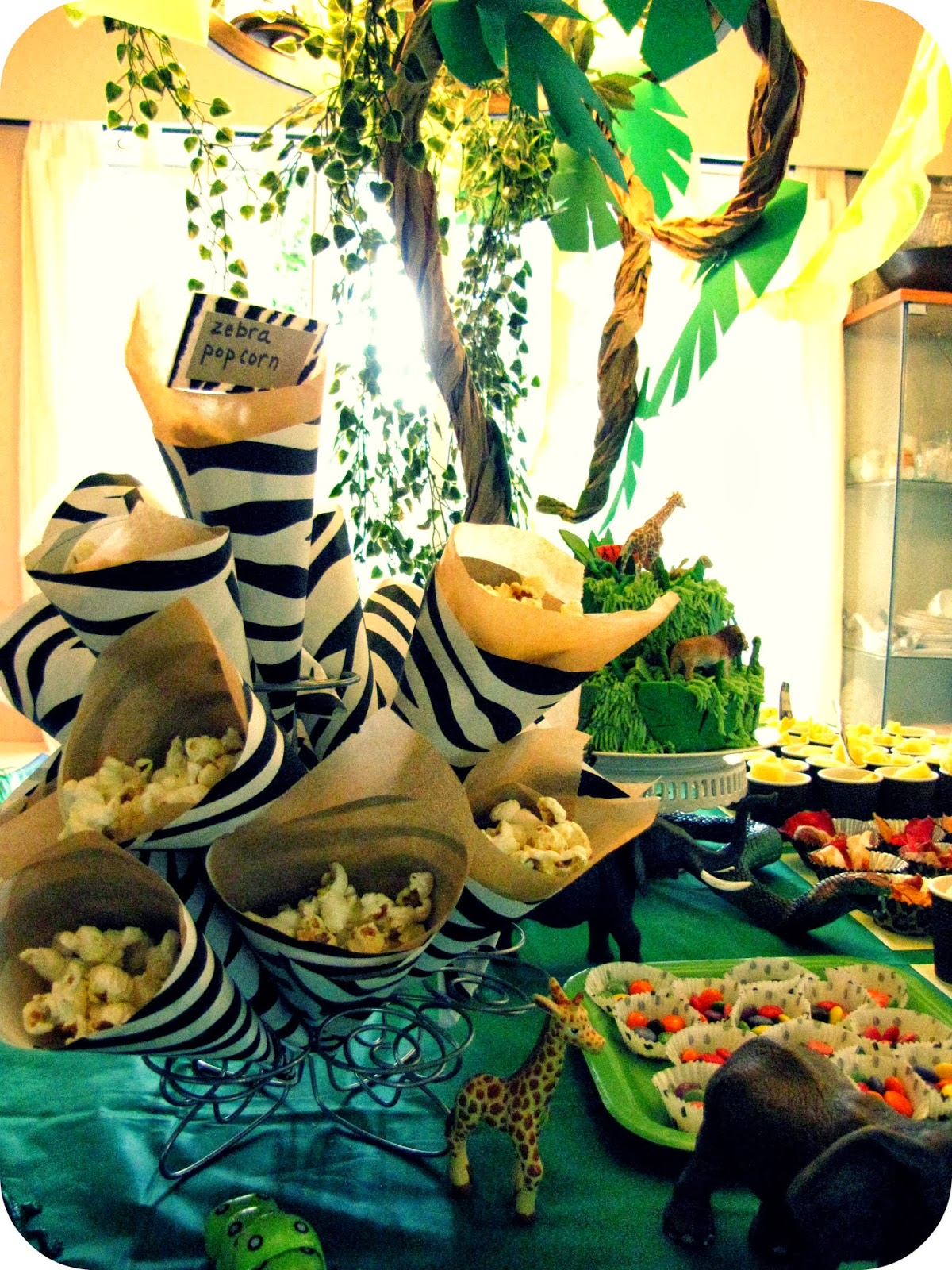 My house of giggles a party in the jungle for Decoration zebre