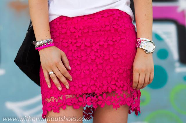Falda crochet rosa y complementos de Mar BCN