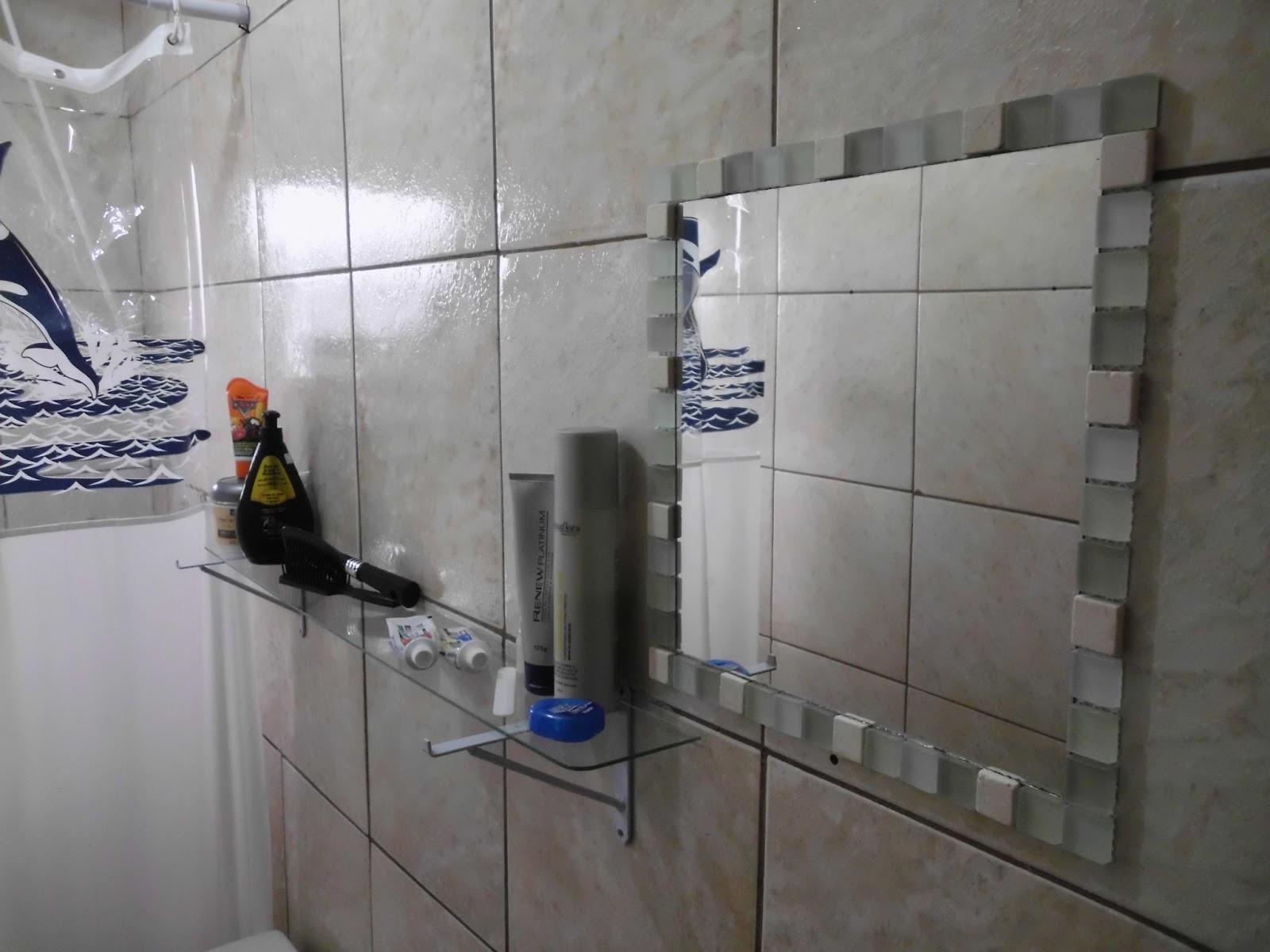 Artes e Badulaques: Moldura Espelho com pastilhas #3C4463 1600x1200 Banheiro Com Pastilha Espelho