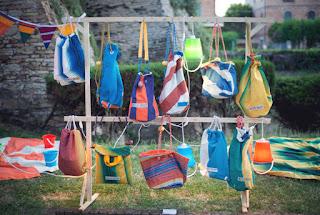 Bolsos Hechos con Sombrillas de Playa Recicladas