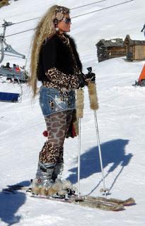 E blondă, are clăpari şi schiuri cu blăniţă,Piţipoanca de pârtie!