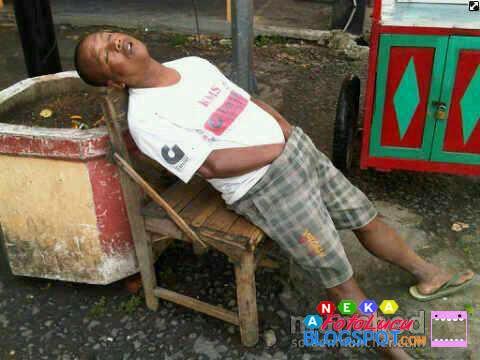 foto lucu Bapak Gokil Sedang Asik Berkhayal