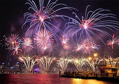 Uno de los mayores atractivos de la noche de Año Nuevo son los espectáculos de fuegos artificiales con que se celebra el cambio de año. Si esta noche tienes planeado ir a verlos y, además, quieres fotografiarlos o grabarlos en todo su esplendor y colorido, aquí te dejamos algunos consejos que pueden servir tanto para una cámara digital sofisticada o compacta, una réflex o hasta de celular, y que te servirán para mejorar tus fotos e impresionar a tus amigos en las redes sociales. Ubicación Elige un punto de vista interesante desde donde fotografiar o grabar. Ten en cuenta cosas