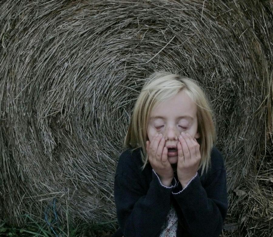 niña asustada con ojos cerrados