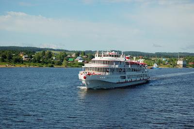 Crucero atravesando poblados rurales y canales