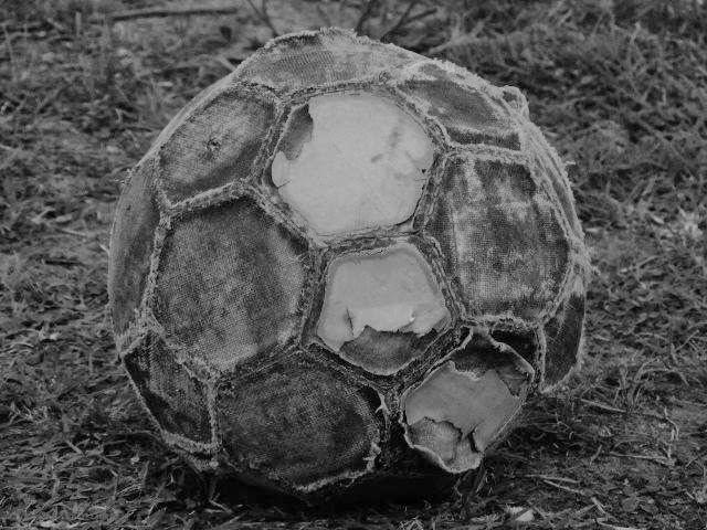 pelota de fútbol rota