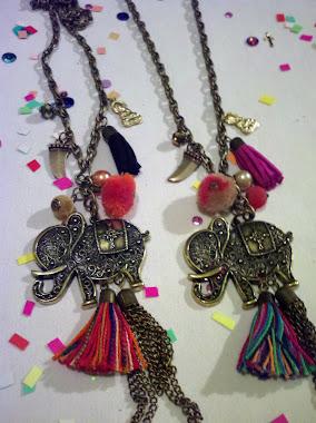 """Collar """"Elefante"""" con borla de gamuza, hilo y cadena. Tambien pompon y dijes!"""