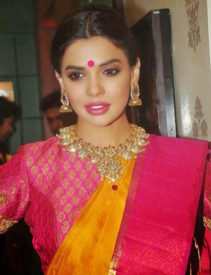 pakistani actress sara loren latest stills at veeda contemporary