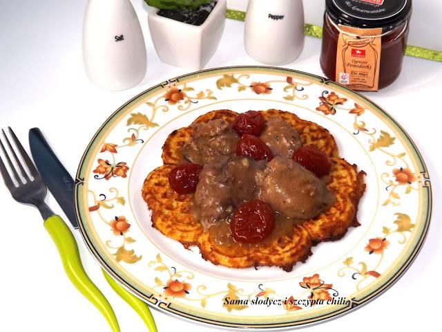 Placki ziemniaczane z gofrownicy z wątróbką i ognistymi pomidorkami.