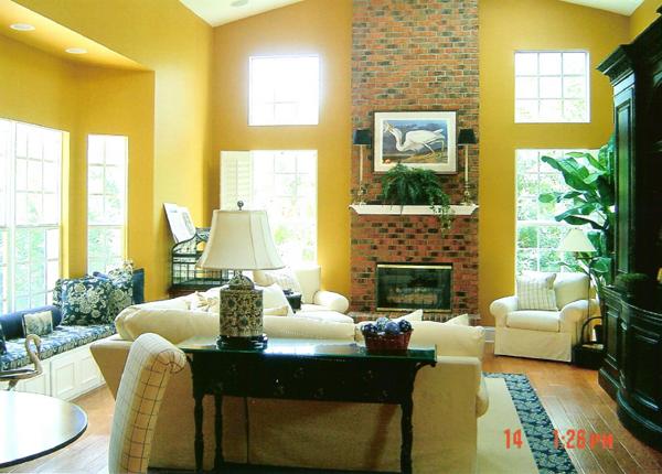 Una pared tapizada en flores con un amarillo suave Agregando el color