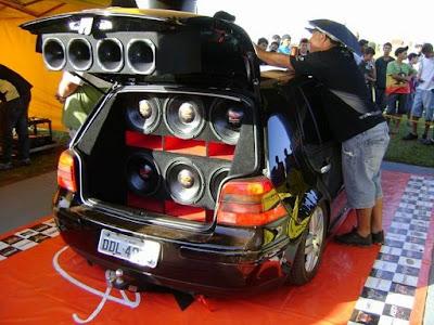 fotos de um carro com som automotivo