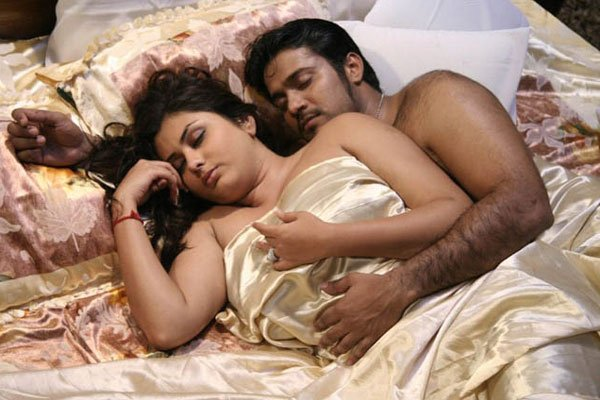 South indian sex bomb Namitha Kapoor in hot bed scene