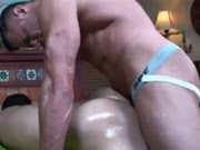 Massageando o cu com uma pica