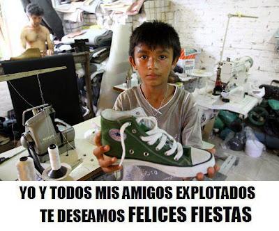 Niño trabajador con una zapatilla de deporte entre sus manos