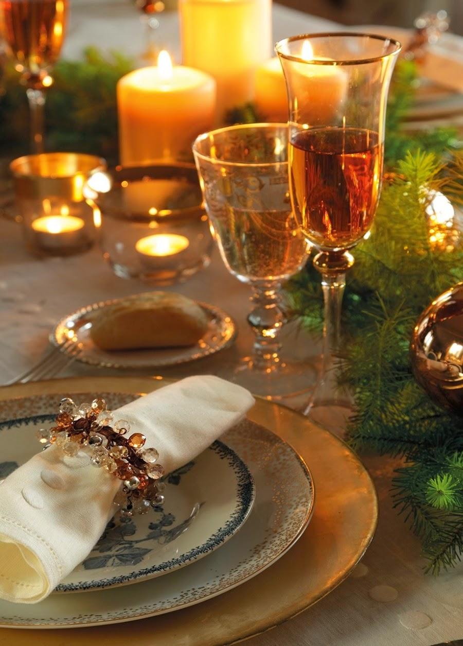 wystrój wnętrz, home decor, wnętrza, urządzanie domu, mieszkanie, Święta Bożego Narodzenia, Christmas, styl francuski, stare złoto, glamour, choinka, ozdoby świąteczne, kominek, dekoracja stołu, wigilijny stół