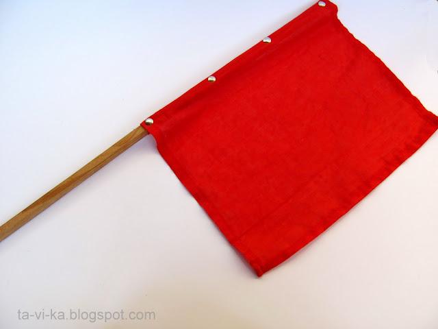 Самодельный красный флаг