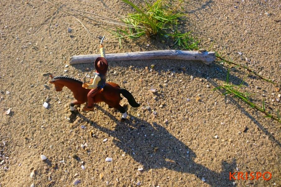 vaquero encima de caballo de espaldas en miniatura