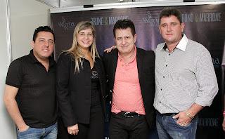 Prefeito Arlei e primeira-dama, Alessandra Rosa, ao lado dos sertanejos Bruno e Marrone