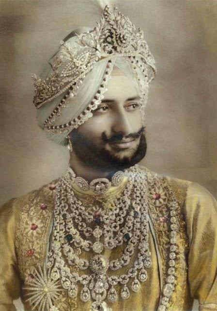 Maharajá Patiala tocado con un rico turbante. Luce también el fabuloso collar Patiala de cuyo extremo inferior [no visible] pende el diamante De Beers.