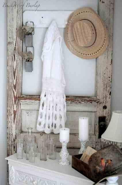 Aranżacja w stylu shabby chic, stare drzwi oparte  ścianę