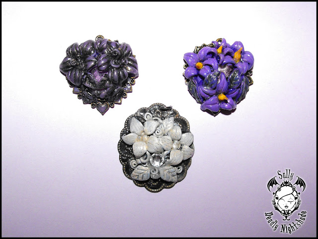 Fiori lilla e neri, fiori della Deadly Nightshade e fiori bianchi
