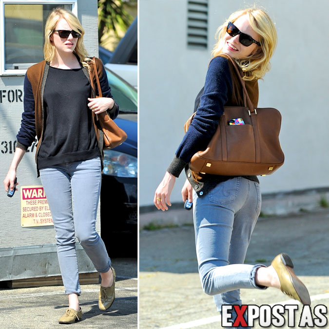 Emma Stone saindo do Shamrock Tattoo/candids em West Hollywood - 23 de Agosto de 2012