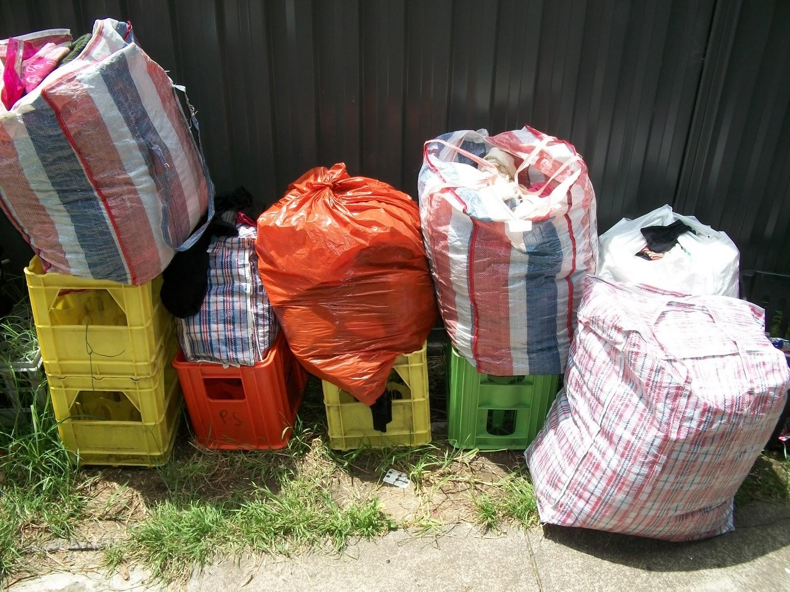 http://1.bp.blogspot.com/-JqcaQjhTbpo/TxvWjvm09BI/AAAAAAAAgjs/96aNhkUel4s/s1600/Salvaged+bags+of+clothes+01.JPG