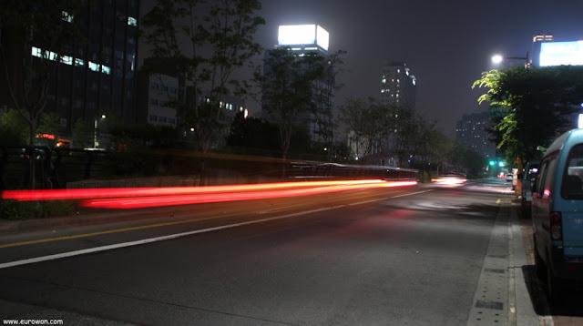 Fotografía nocturna de una calle de Seúl