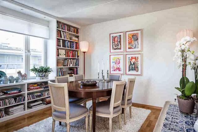 Kolorowe grafiki i książki w jadalni
