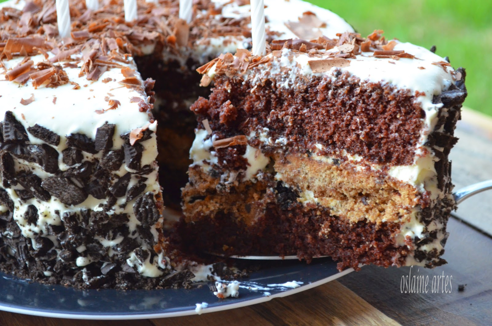 Bolo de Chocolate Recheado com Cookies