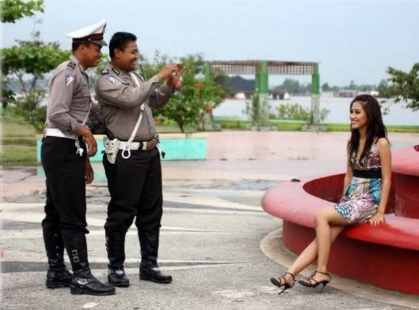 polisi bukannya tugas pengamanan malah potoin cewe-1