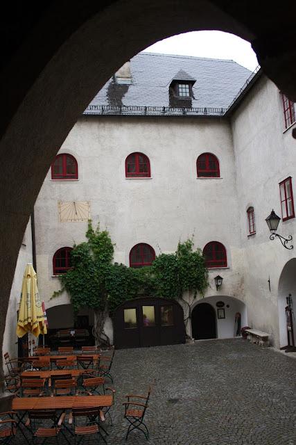Im Burghof der Burg Lockenhaus © Copyright Monika Fuchs, TravelWorldOnline