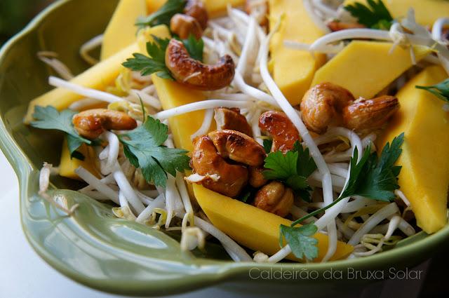 Salada de broto de feijão, manga e castanha de caju