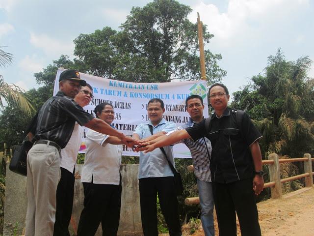 Warga dan Perusahaan Gotong Royong Perbaiki Jembatan Tausiang Mesuji