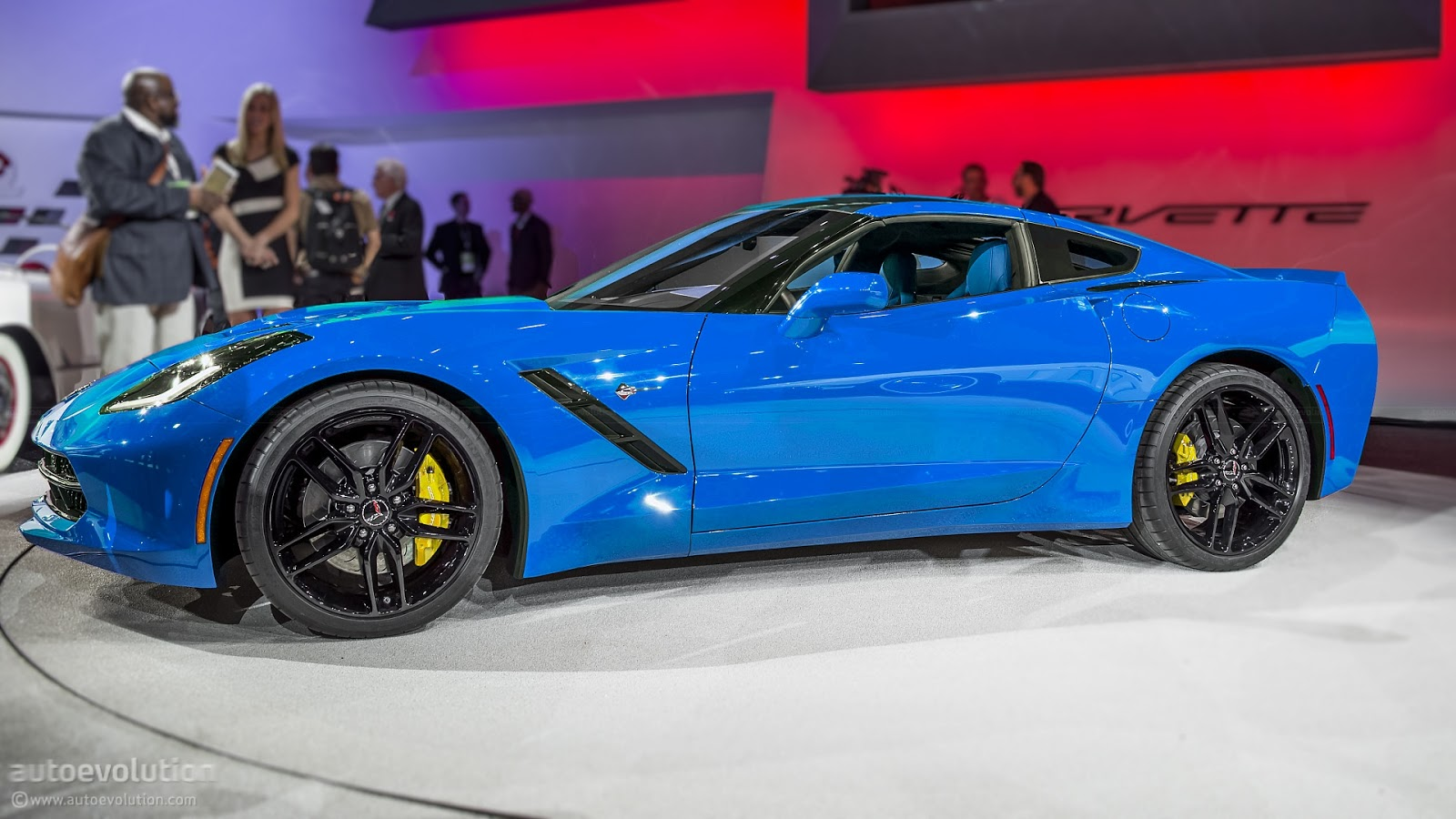 http://1.bp.blogspot.com/-JrkfRukcQ1E/UQI5qdFROSI/AAAAAAAAIMI/5-XG4e4y2MY/s1600/2014-corvette-c7-stingray-looks-great-in-blue_1.jpg