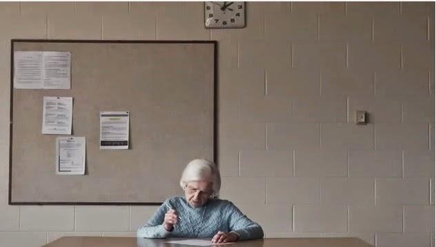 Mujer anciana examinandose para la licencia de conducir