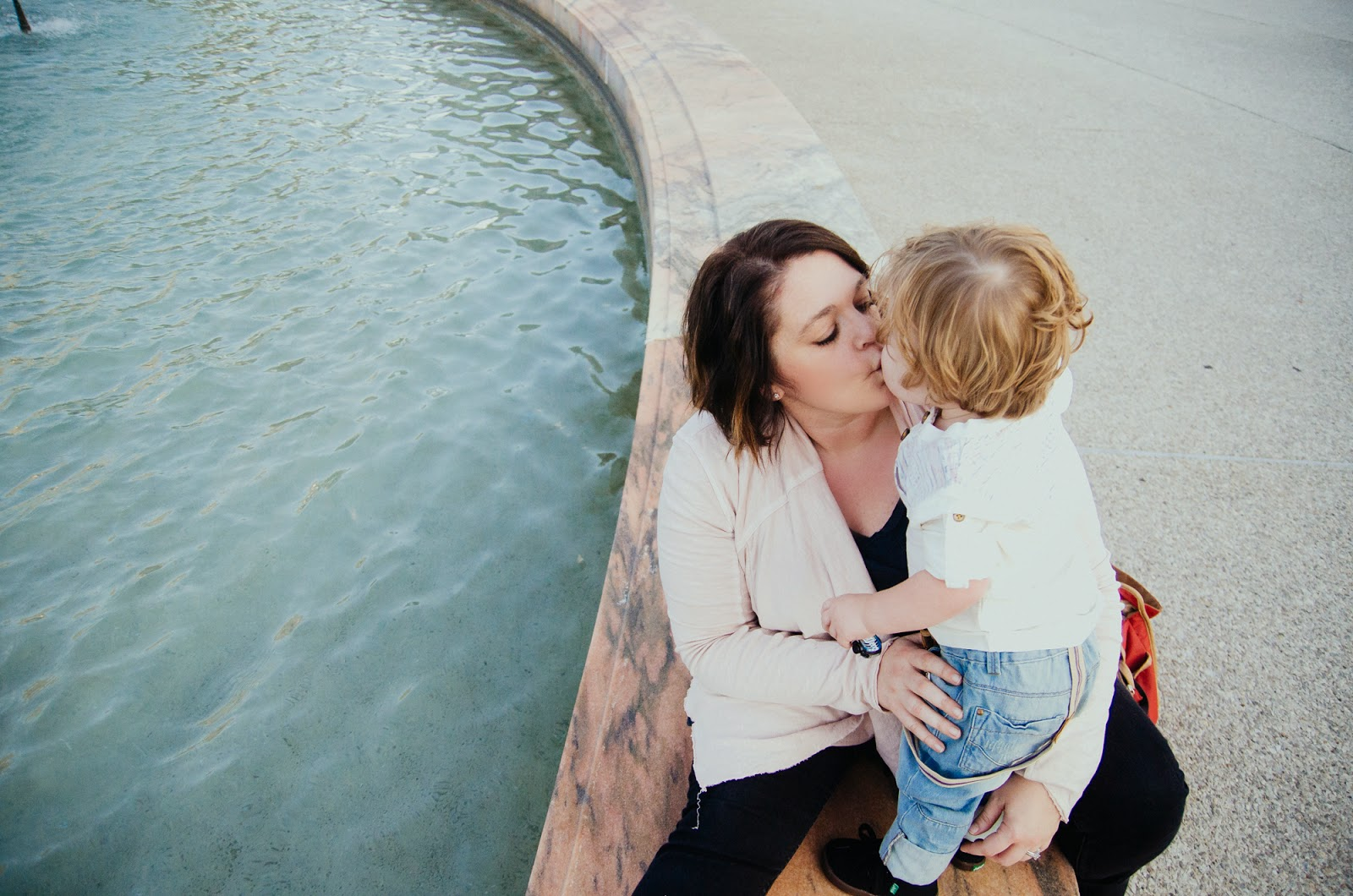 kisses from mom by a fountain, indianapolis family photographer